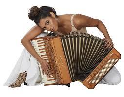 """Lucy Alves relembra indicação ao Grammy: """"gratificante"""""""